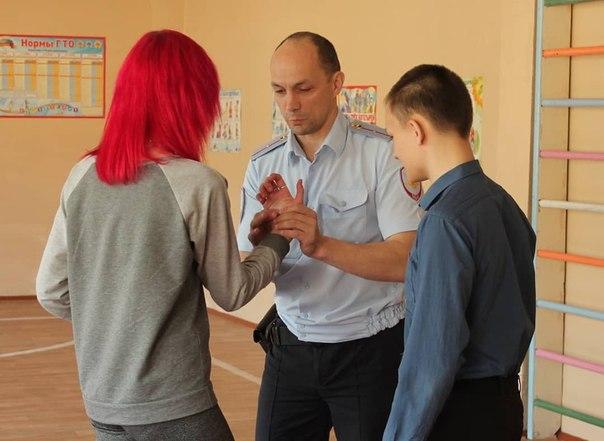 Усть-Илимские полицейские провели утреннюю зарядку для школьников