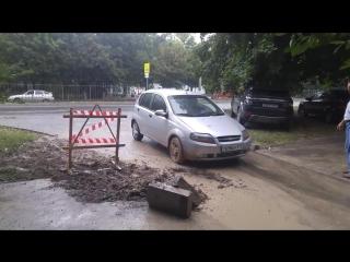Машина в Симферополе провалилась в асфальт