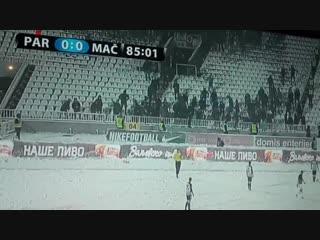 Фанаты забросали снежками судью