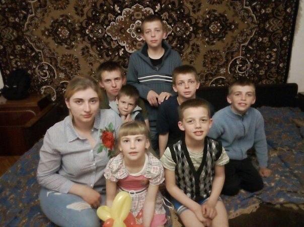20-летняя девушка из Челябинска в одиночку воспитывает шестерых детей.