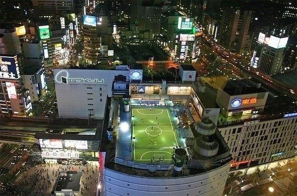 Футбольное поле на крыше, Токио, Япония