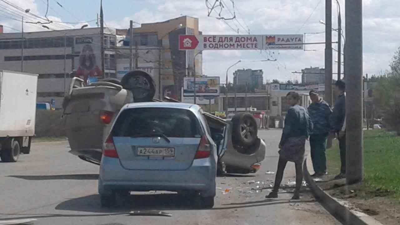 Внедорожник перевернулся на крышу в результате ДТП в Перми