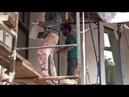 Нанесение камешковой декоративной штукатурки вручную, металлической и пластиковой тёрками