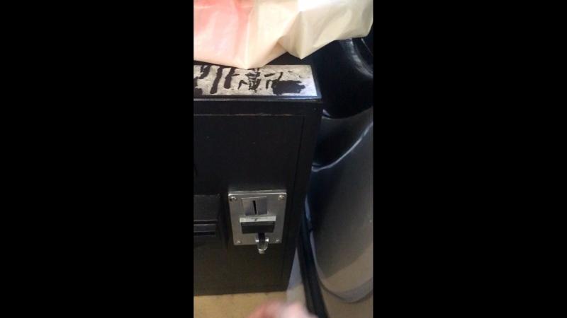 Катя кидает монетку в кресла