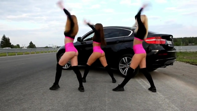 Танцы русских студенток на дороге