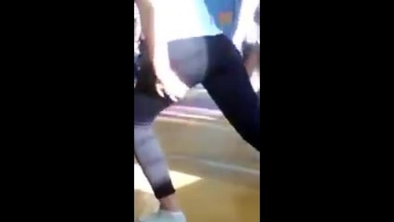 Школьница на физкультуре в спортзале занимается спортом в лосинах