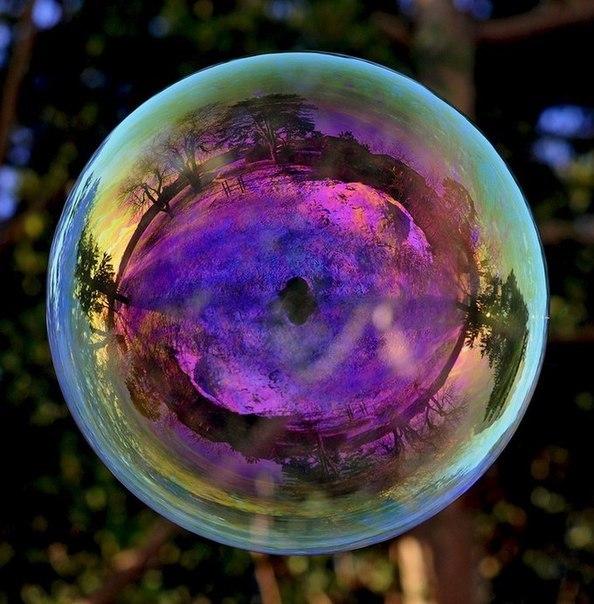 Английский фотограф Richard Heeks любит фотографировать мыльные пузыри и то, что в них отражается