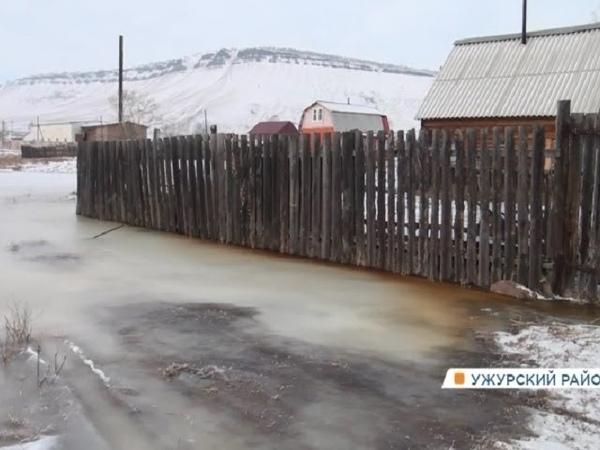 В поселке у озера Учум двор частного дома затопило минералкой