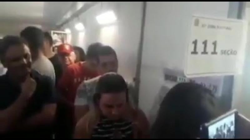 Aécio Neves é zoado por cartoleiros e choca a. sociedade do tráfico de bh