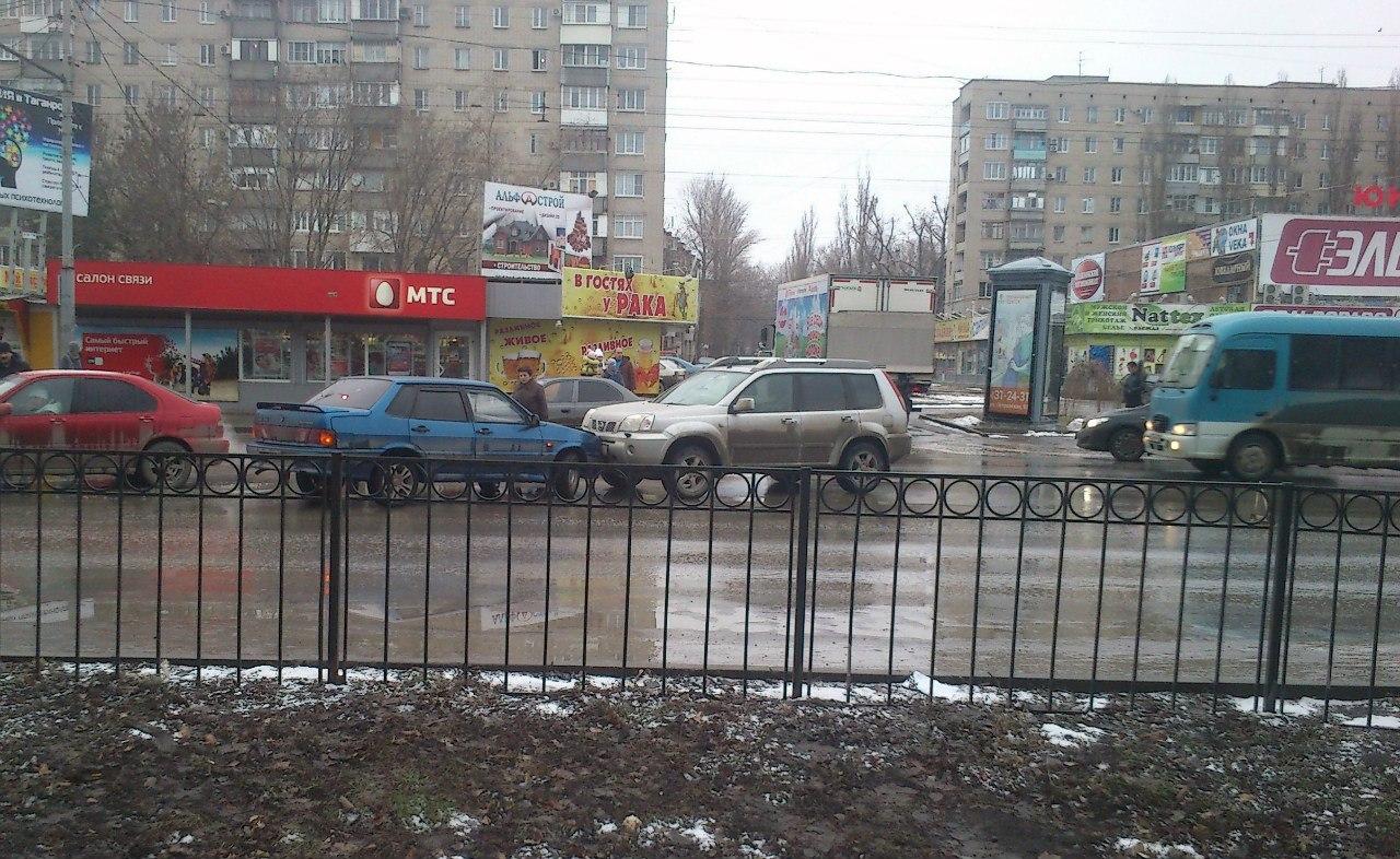 В Таганроге в районе «Эльдорадо» лоб в лоб «встретились» Nissan и «ВАЗ-2115»
