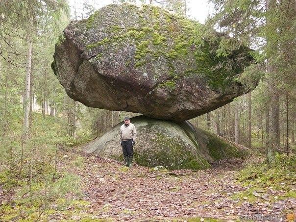Камень Куммакиви представляет собой великолепный пример природного баланса. Такие камни можно встретить и в других северных странах, куда их тысячи лет назад принёс ледник. Ледник растаял, а камни остались, некоторые и вот в таком необычном состоянии.