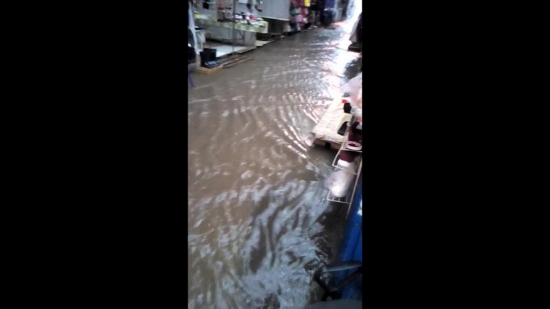 Потоп в Саратове (17.09.2018). Торговые ряды у Славянского рынка на 3-й Дачной