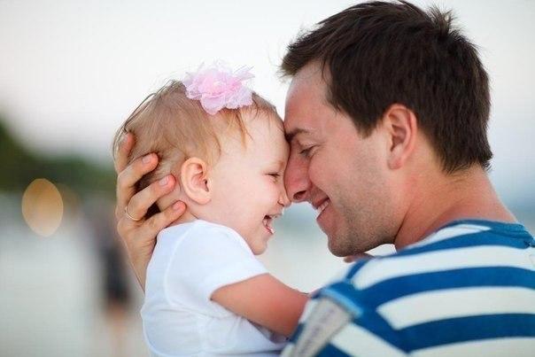 Всем известно, что мужчина Страстно ждет рождения сына, Только дочь с течением дней Обожает все сильней. Теплый маленький комочек, Кружевной смешной кулечек, Пусть пока в ней мало веса, Дочка — папина принцесса.