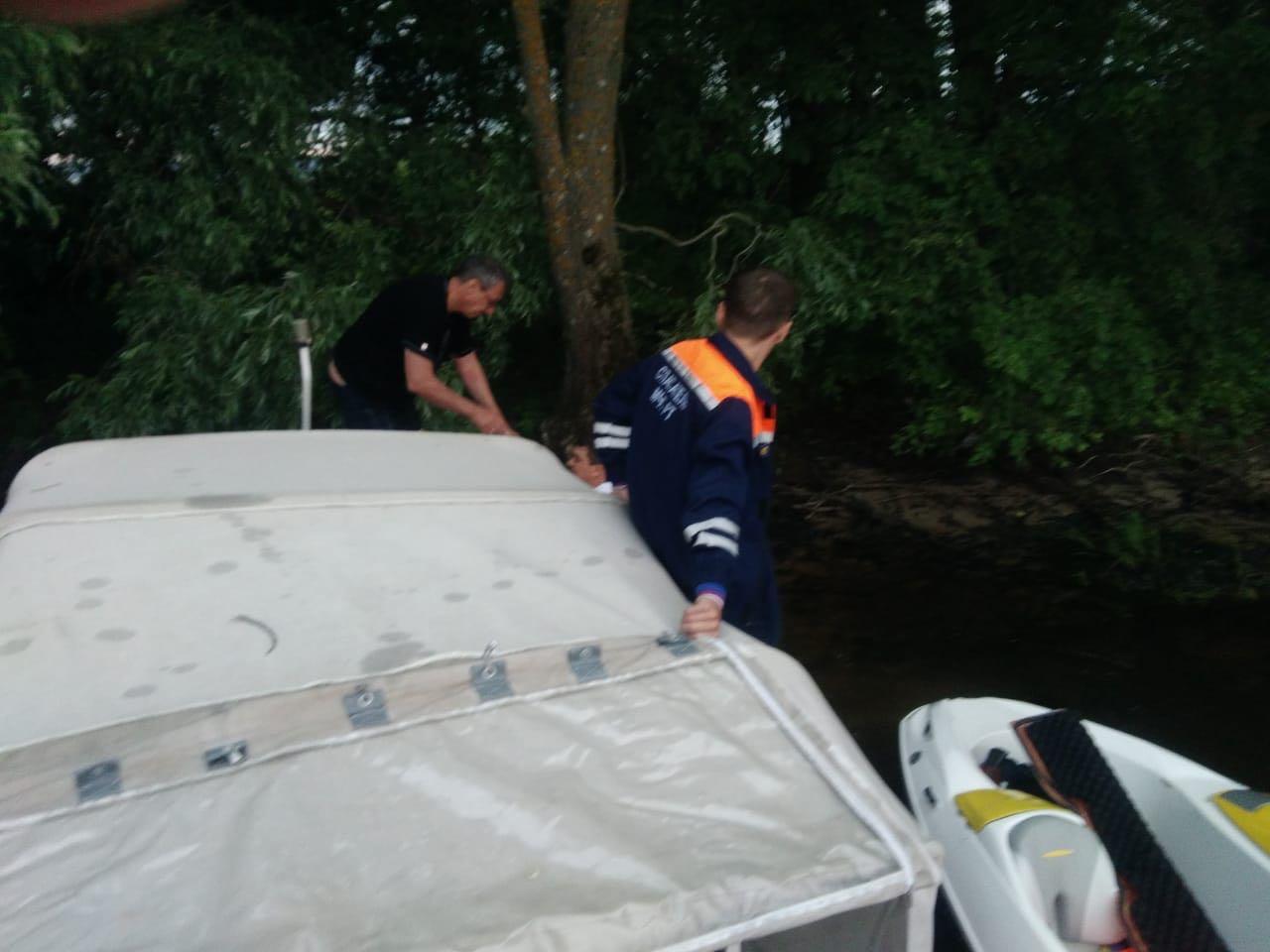 В Татарстане едва не утонул катер с пьяным водителем - фото