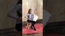 Красивая девушка играет Despasito на аккордеоне в метро