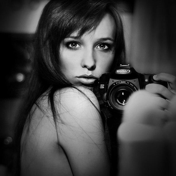 девушка с зеркальным фотоаппаратом в руках