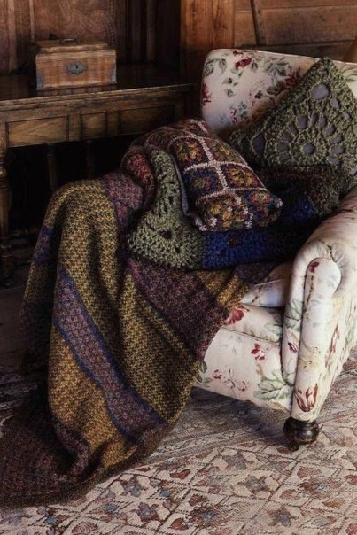 Однажды Русая Ведьма очень и очень устала. Она попробовала почитать, сидя в огромном лимонном кресле в своём любимом кафе. Это было приятно, но не решило проблему. В гримуарах говорилось, что