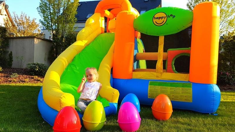 Алиса собирает Огромные Яйца с игрушками на гигантской надувной горке