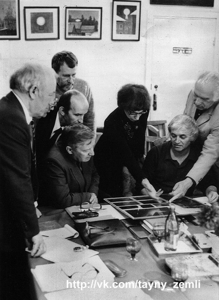 Справа налево: В.Фоменко, Г.Сорокин, Т.Фаминская, три неизвестных головы (вверх-вниз), А.Охатрин, из-за которого виден Ю.Фомин
