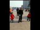 Дед танцует с внучками ! ).mp4