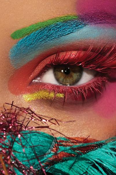 Райская птица: Рианна снялась в очень яркой фотосессии для Harpers Bazaar Рианналюбитзапоминающиеся образына сцене и красной дорожке, а с появлением ее косметического брендаFenty Beauty,