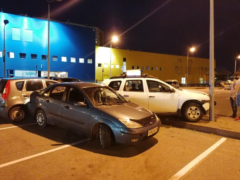 На парковке Касторамы, что на Дальневосточном трое пьяных молодых человека на Фо...