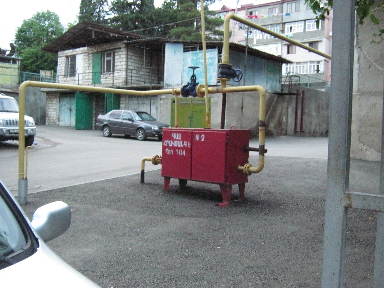 газовые ящики-распределители во дворах Степанакерта (Карабах)