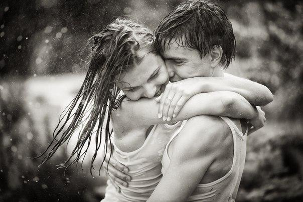 Дівчина з мокрим волоссям обійми