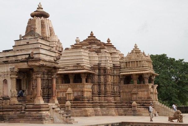 В самом центре Индии, буквально - в центре срединного мира и в центре пересечения всех путей Индии, расположена маленькая, затерянная среди лесов и пальм, деревушка. И если бы не воля случая, который в середине 19-го века забросил в нее молодого британского репортера и по совместительству археолога, то мы бы, видимо, никогда и не узнали, что же спрятано :) в этой маленькой индийской деревушке под названием Каджурахо.