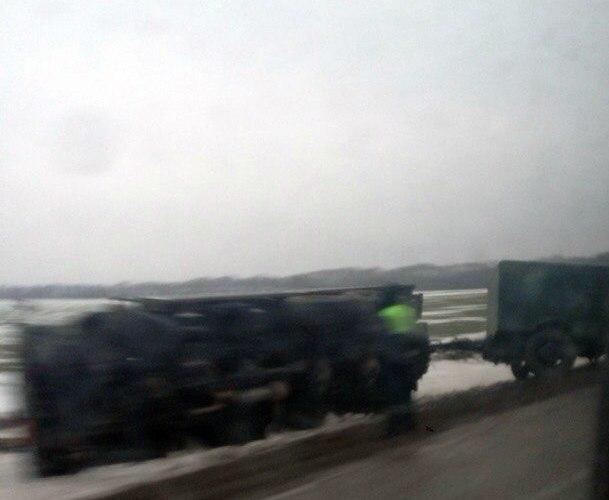 На трассе «Ростов-Таганрог» перевернулся военный «КамАЗ»