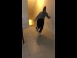 хосок убегающий от призрака из его комнаты во время трансляции