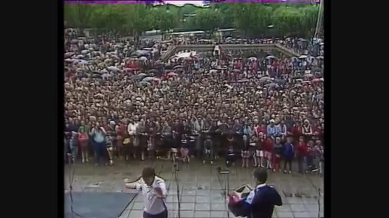 Андрей Плехов и Владимир Холманских на празднике гармони у Заволокина Г.Д. в Иваново. 1992 год.