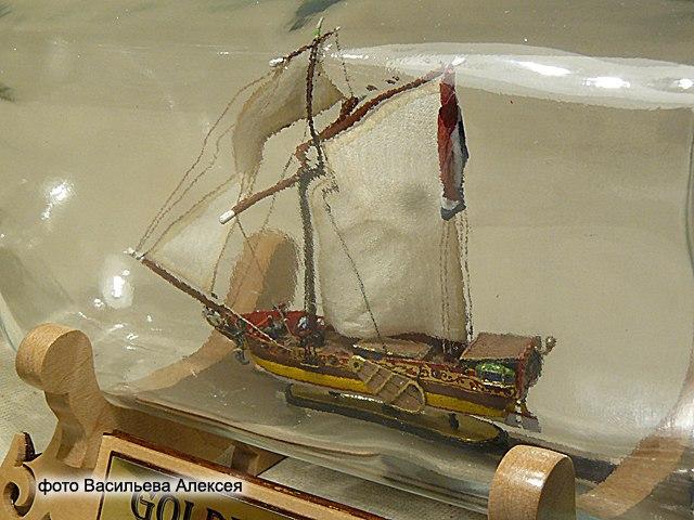 GOLDEN YACHT корабль в бутылке. Масштаб 1:300 Pyw2xKMEsLs