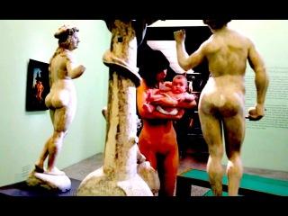 18+ Голая художница разгуливала по музею Германии. Ждут когда в ответ оголится