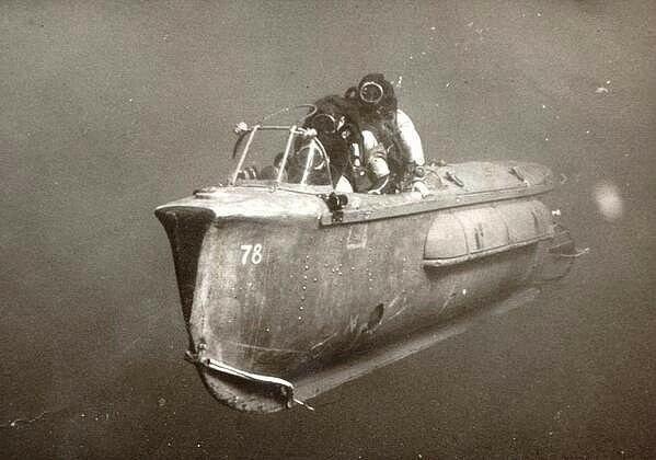 Подводная то-ли шлюпка, то ли байдарка. :)