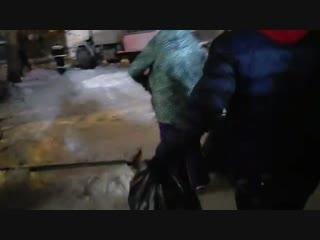 После завершения работ спасатели достали из квартиры собаку