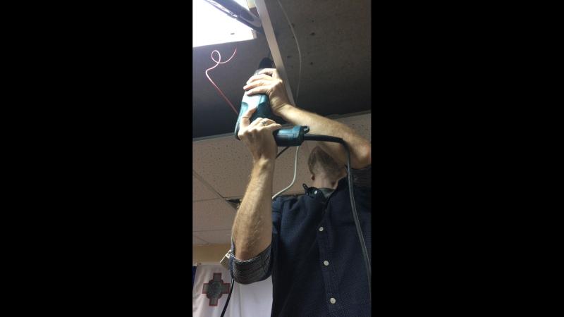 Директор Толмача устанавливает проектор.