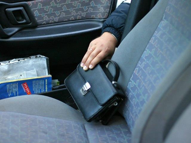 В Таганроге полицейские задержали очередного автомобильного вора, укравшего сотовый и деньги из машины