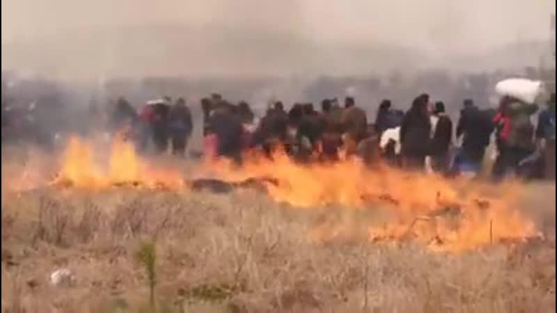 Flüchtlinge setzen Felder in Brand und stoßen mit der Polizei zusammen als sie am Nachmittag 5 April versuchen die nördlich
