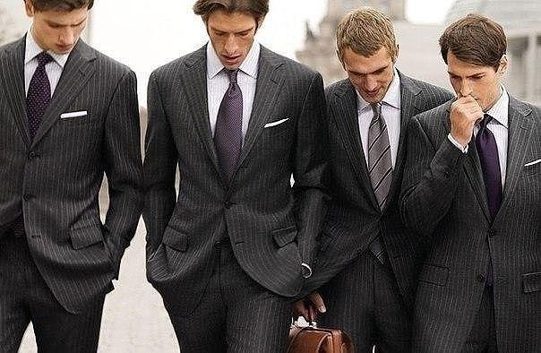 Правила мужского этикета:1. По улице мужчина, должен идти слева от д