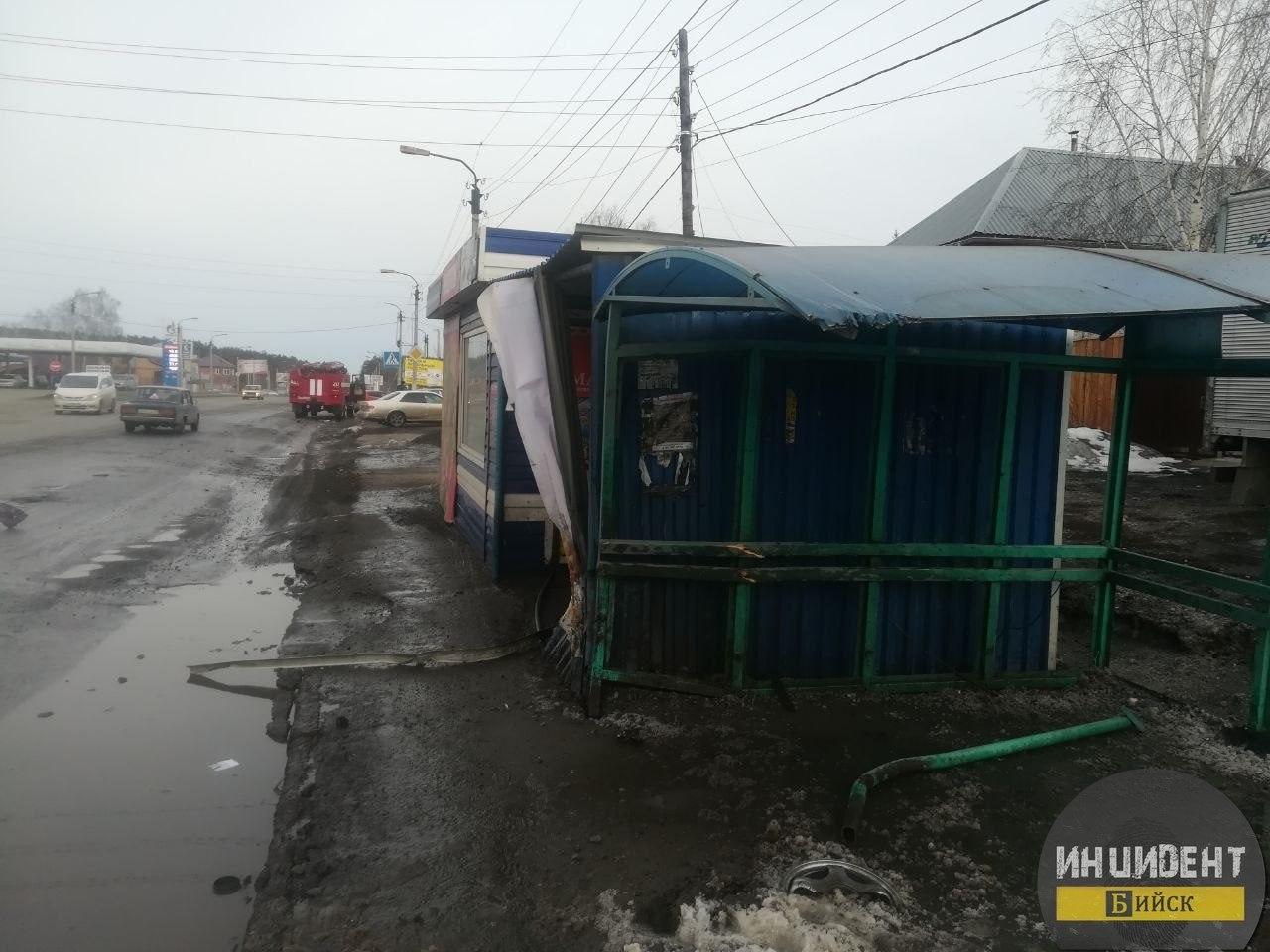 ДТП в Бийске: пьяный водитель «Жигулей» снёс остановку в Заречье