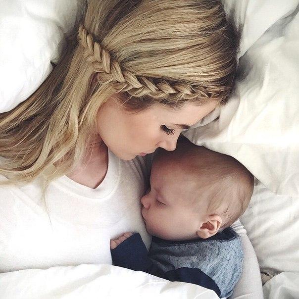 """ПРИТЧА О МАТЕРИ ✨ Молодая Мать только вступила на путь материнства. Держа малыша на руках и улыбаясь, она задумалась: """"Как долго будет длиться это счастье?"""" И Ангел сказал ей: """"Путь материнства долог и труден. И ты состаришься, прежде чем достигнешь конца его.Но, знай, конец будет лучше, чем начало"""". Но, молодая Мать была счастлива, и она не могла предположить, что может быть что-нибудь лучше, чем эти годы. Она играла со своими детьми и по пути собирала для них цветы, и…"""