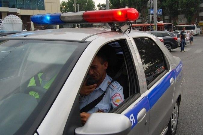 В Ростове полицейский сбил парня и девушку