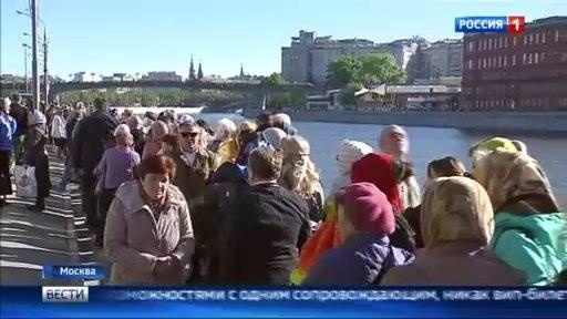 Вести-Москва • Очередь длиннее с каждым часом: верующие ждут встречи с Николаем Чудотворцем