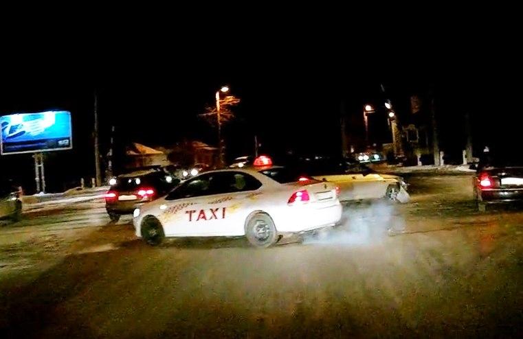 ДТП в Таганроге: пытаясь проскочить на желтый, друг друга встретили два «одиночества». ВИДЕО