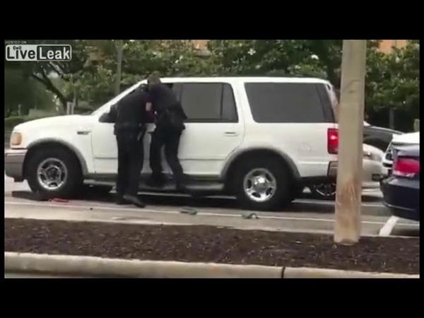 В США полицейские расстреляли водителя, который потянулся что-бы сделать радио потише