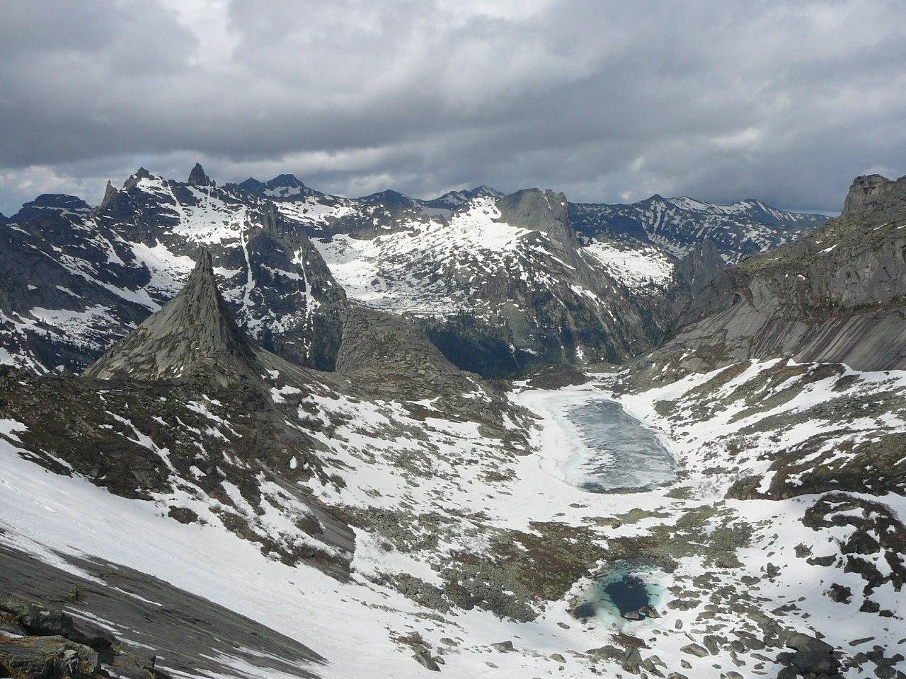 Озеро Горных духов с подъема в перевал Птица. Фото: Константин Бураков