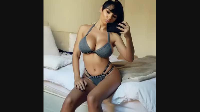 Грудастая брюнека красуется перед зеркалом (порно, секс, эротика, попка, booty, anal, анал, сиськи, boobs, brazzers)