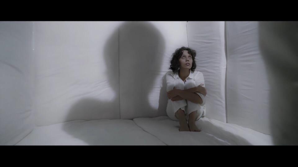Певица Dakooka выпустила клип на песню «Герой»