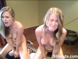 Две молоденькие девочки доводят себя до оргазма, мастурбирую и трахая себя вибра